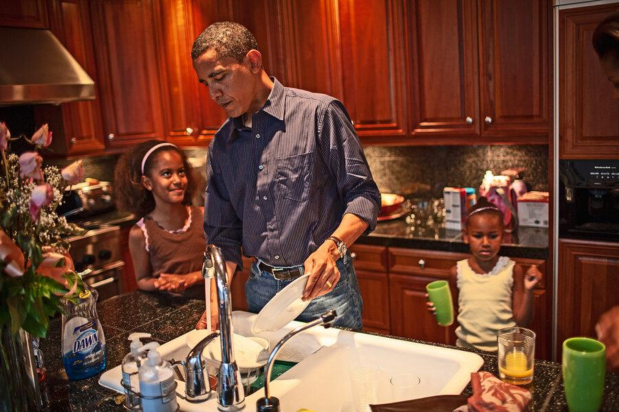 اوباما در حال شستن ظرف ها