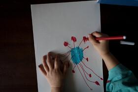 کودک ایتالیایی در حال نقاشی کردن ویروس کرونا